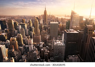 Horizonte de la ciudad de Nueva York con rascacielos urbanos al atardecer, Estados Unidos.