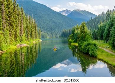 Majestuoso lago de montaña en Canadá. Lightning Lake en Manning Park en Columbia Británica. Barco.