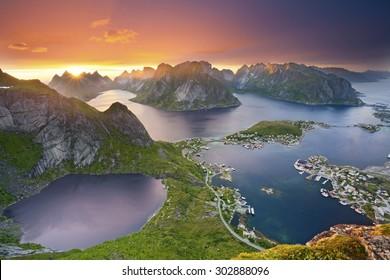 Islas Lofoten Vista desde Reinebringen en las islas Lofoten, situadas en Noruega, durante el atardecer de verano.