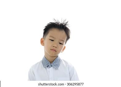 白で隔離退屈な若いアジアの少年の肖像画のアクション。