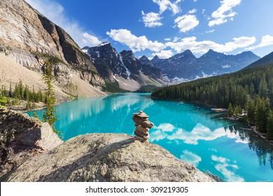 Hermoso lago Moraine en el Parque Nacional Banff, Canadá