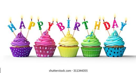 Fila de coloridos cupcakes de cumpleaños aislado sobre un fondo blanco.