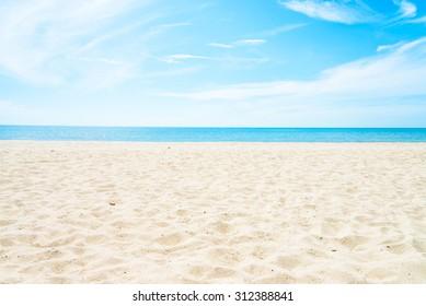 Leerer See- und Strandhintergrund mit Kopienraum