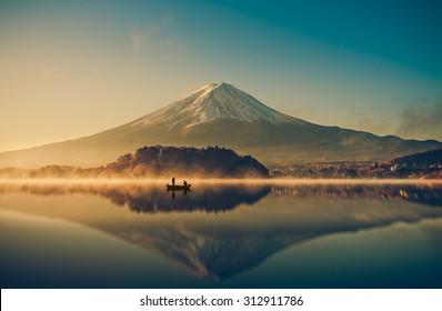 日の出の河口湖に富士山。ヴィンテージトーン