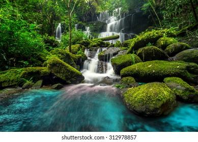 schöner Wasserfall im grünen Wald im Dschungel am Phu-Wannen-Berg-Berg, Phetchabun, Thailand