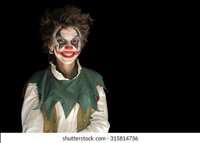 .Clown auf schwarzem Hintergrund
