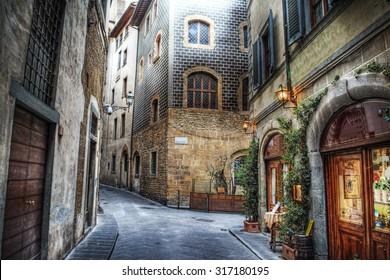イタリア、フィレンツェの美しい狭い通り