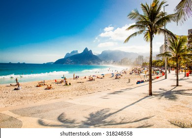 Palms and Two Brothers Mountain am Strand von Ipanema in Rio de Janeiro. Brasilien.