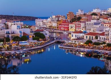 Agios Nikolaos City und Voulismeni See bei Nacht Kreta, Griechenland