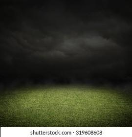 コピースペースのある夜のサッカー場またはサッカー場