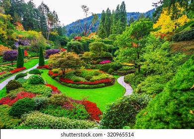 Butchart Gardens: jardines en la isla de Vancouver. Macizos de flores de colores y senderos para turistas. La obra maestra de la arquitectura de parques de fama mundial