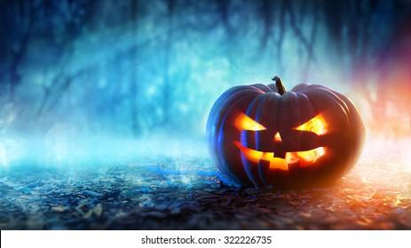 夜の神秘的な森のハロウィンかぼちゃ