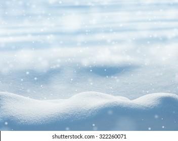 Fondo de invierno natural con ventisqueros y nieve que cae
