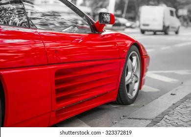 街の通り、黒と白の背景に赤いスポーツカー