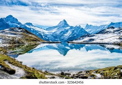 Wasserreflexion der Schweizer Alpen im Bachalpsee - Bergsee oberhalb von Grindelwald, Schweiz.