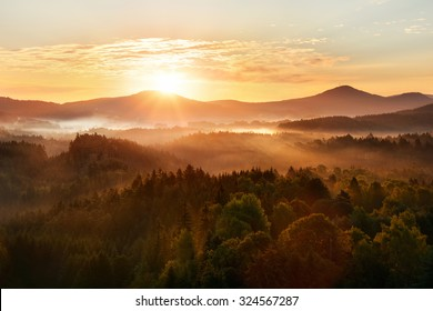 Schöner Herbstmorgen auf dem Aussichtspunkt über dem tiefen Waldtal im Nationalpark Böhmische Schweiz.