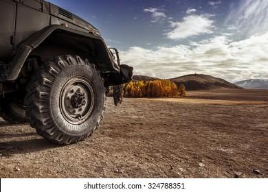 オフロード草原アドベンチャートレイルのトラック車のホイール