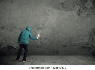 壁に落書きを描き始めた若い都会の画家
