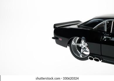 Modifiziertes schwarzes Chevrolet Camaro Modell Reifen Felgendetail. Auf Weiß isoliert.