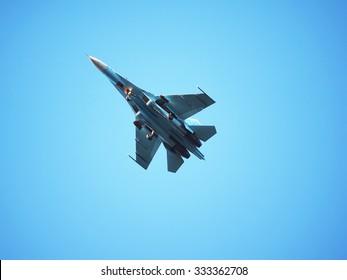 Avión de combate en el cielo