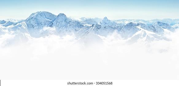 コーカサス地方、エルブルス山、ロシアの冬の山々のパノラマ