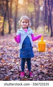 秋の環境でポーズをとる愛らしい小さな子供