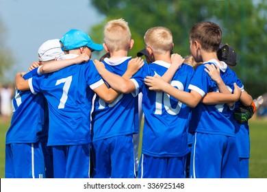 Fußball; Fußball; Handball; Volleyball; Spiel für Kinder. schreien Team, Fußball Fußballspiel. Zusammenarbeit