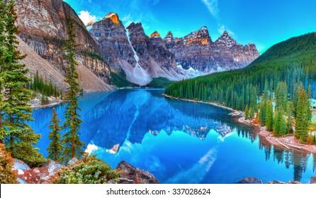 Amanecer en el lago Moraine en el Parque Nacional Banff