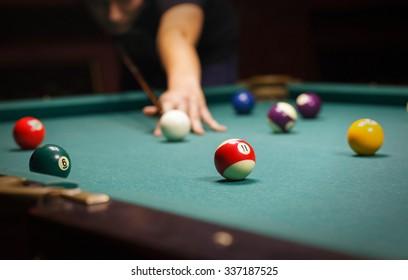 Jugando al billar - Primer plano de un hombre jugando al billar