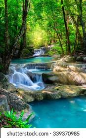 Schöner Wasserfall im tropischen Wald von Thailand