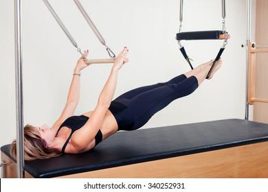 キャデラックフィットネスエクササイズのピラティス有酸素インストラクターの女性。