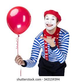 風船とパントマイム。セーラー服を着て、白い孤立した背景に赤いベレー帽のポーズをとって感情的な面白い俳優。