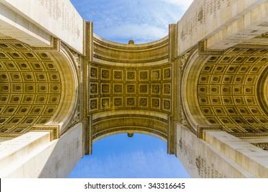 Arc de Triomphe de l'Etoile, Triumphbogen des Sterns, Paris, Frankreich. Low Angle Shot