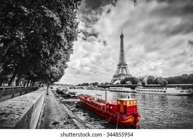 Eiffeltoren over de rivier de Seine in Parijs, Frankrijk. Rood toeristisch schip op water. Vintage, zwart en wit.
