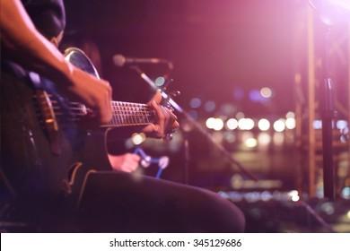 背景、ソフト、ブラーのコンセプトのためのステージ上のギタリスト