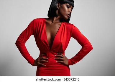 赤いドレスと短い髪を着ている黒人女性