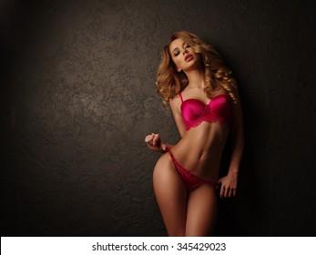 Chica rubia sexy con labios carnosos posando ropa interior