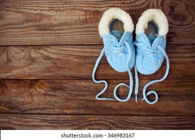 2016 jaar veters van kinderschoenen geschreven op oude houten achtergrond. Afgezwakt beeld