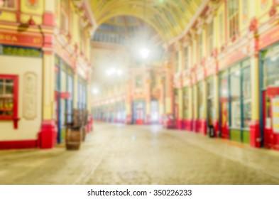 Defokussierter Hintergrund des Leadenhall Market in London. Absichtlich verschwommene Postproduktion für Bokeh-Effekt