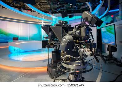 Estudio de reparto de TV NEWS con cámara y luces