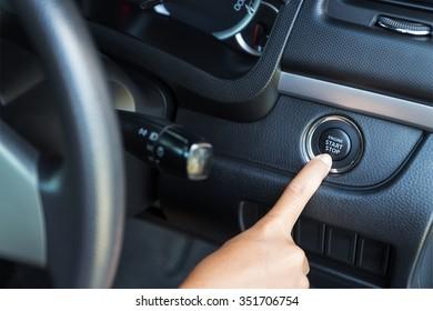 Primer mano empujando el motor de arranque del coche