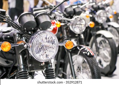 Faro de motocicleta en perspectiva Foto de primer plano