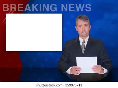 ニュースキャスターの男性が、テキストや画像を簡単に配置できるように、カラフルな背景と空白のモニター画面で最新ニュースを報告しています。