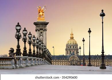 Hermoso amanecer en el Pont Alexandre III y Les Invalides en París