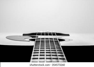 ギターの弦、クローズアップ。アコースティックギター。黒と白の写真。