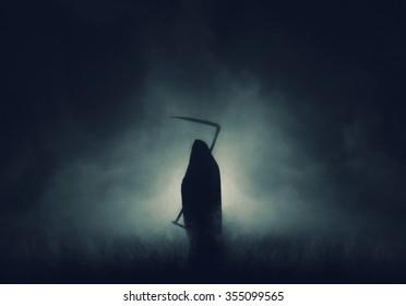 死神、死そのもの、鎌を持った霧の中の死神の恐ろしいホラーショット。