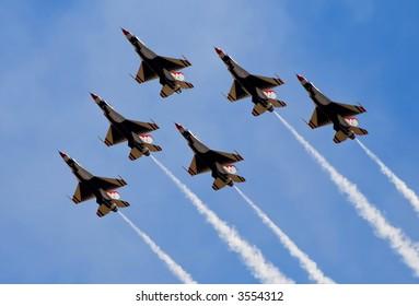 カリフォルニア州サクラメントの航空ショーで飛んでいる軍用ジェット機からの煙
