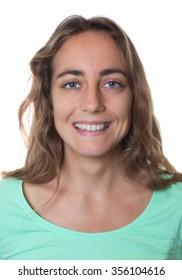 青い目をした金髪の白人女性のパスポート写真