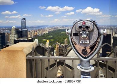 ニューヨークのマンハッタンセントラルパークを望むロックフェラーセンターのズーム双眼鏡