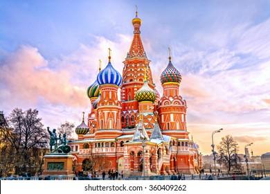 Basilius-Kathedrale im Roten Platz im Winter bei Sonnenuntergang, Moskau, Russland.